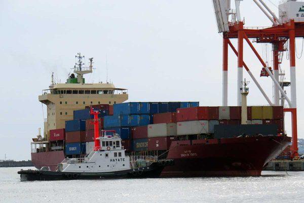 コンテナ船入港接岸